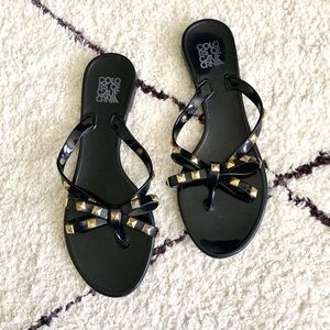 Sandals with studded bow detail 💫
